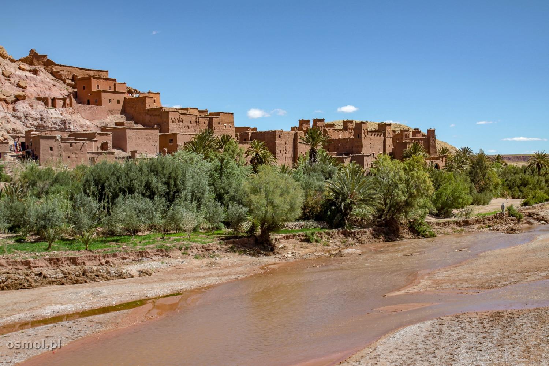 Maroko. Położona nad rzeką kasba Ait Ben Haddou