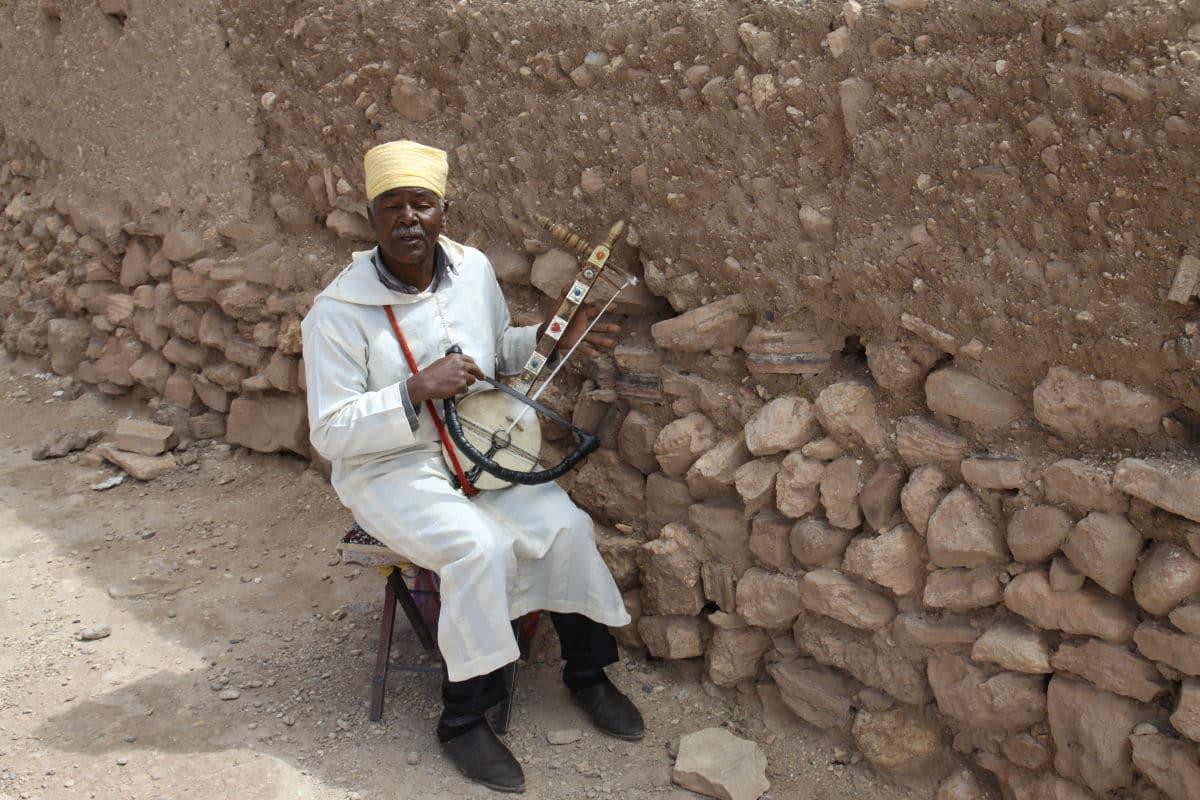 Maroko - mezczyzna gra na tradycyjnym instrumencie