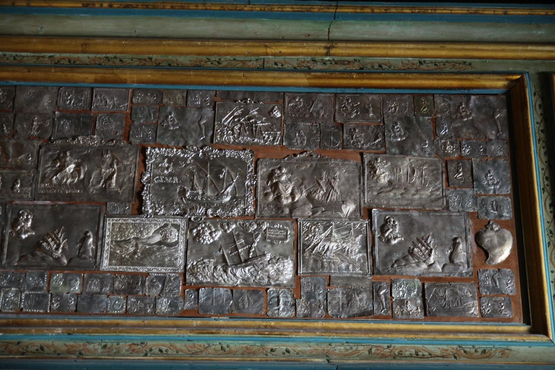 Srebrne tablice wotywne w kościele