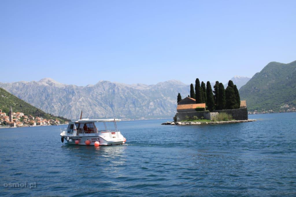 Statek obok wyspy sw jerzego Czarnogora