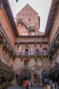 Otoczony drewnianymi galeriami wewnętrzny dziedziniec zamku w Trokach robi wrażenie