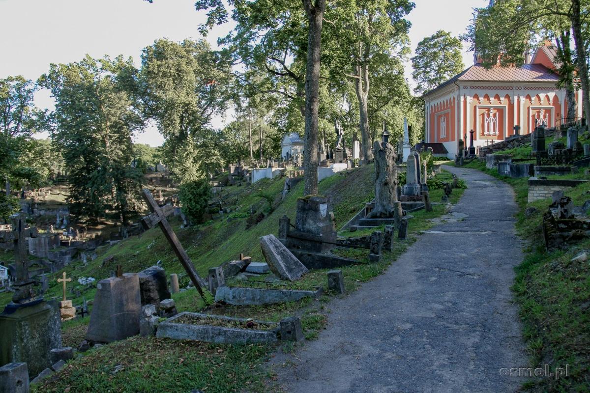 Wiele nagrobków na wileńskim cmentarzu na Rossie chyli się ku ziemi i bez szybkiej reakcji konserwatora zabytków i miłośników sztuki oraz polskości na Litwie... nie przetrwają próby czasu