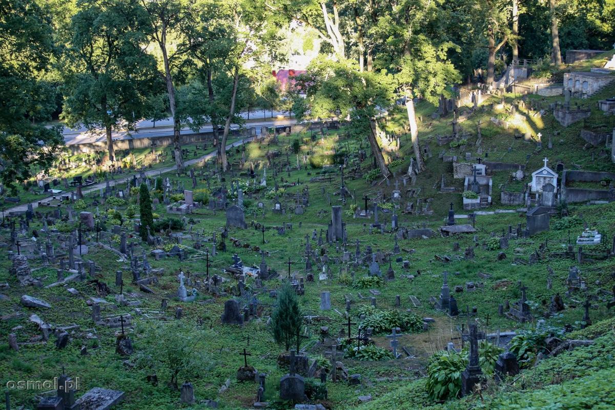 Spoglądając na starą część cmentarza na Rossie w Wilnie, zobaczymy obraz nędzy i rozpaczy, a stare groby niszczy czas (a wcześniej także i ludzie)