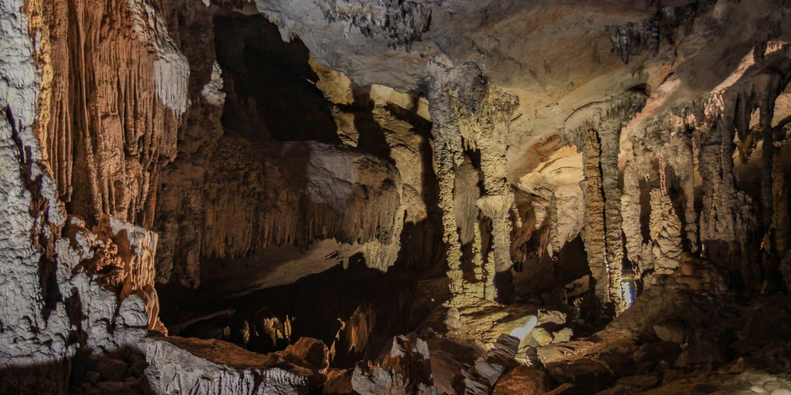 Jaskinia Kong Lor w Laosie pełna jest stalaktytów i stalagmitów