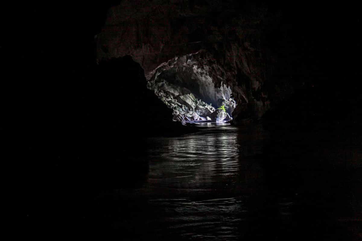 Wylot jaskini Kong Lor, po której płynie się w ciemnościach,
