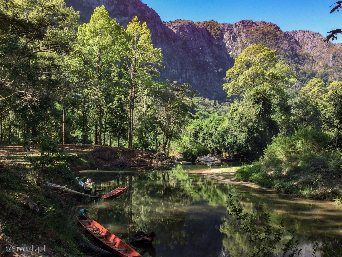 Widok po wypłynięciu z Kong Lor jest bajkowy. Góry, drzewa i soczysta zieleń.