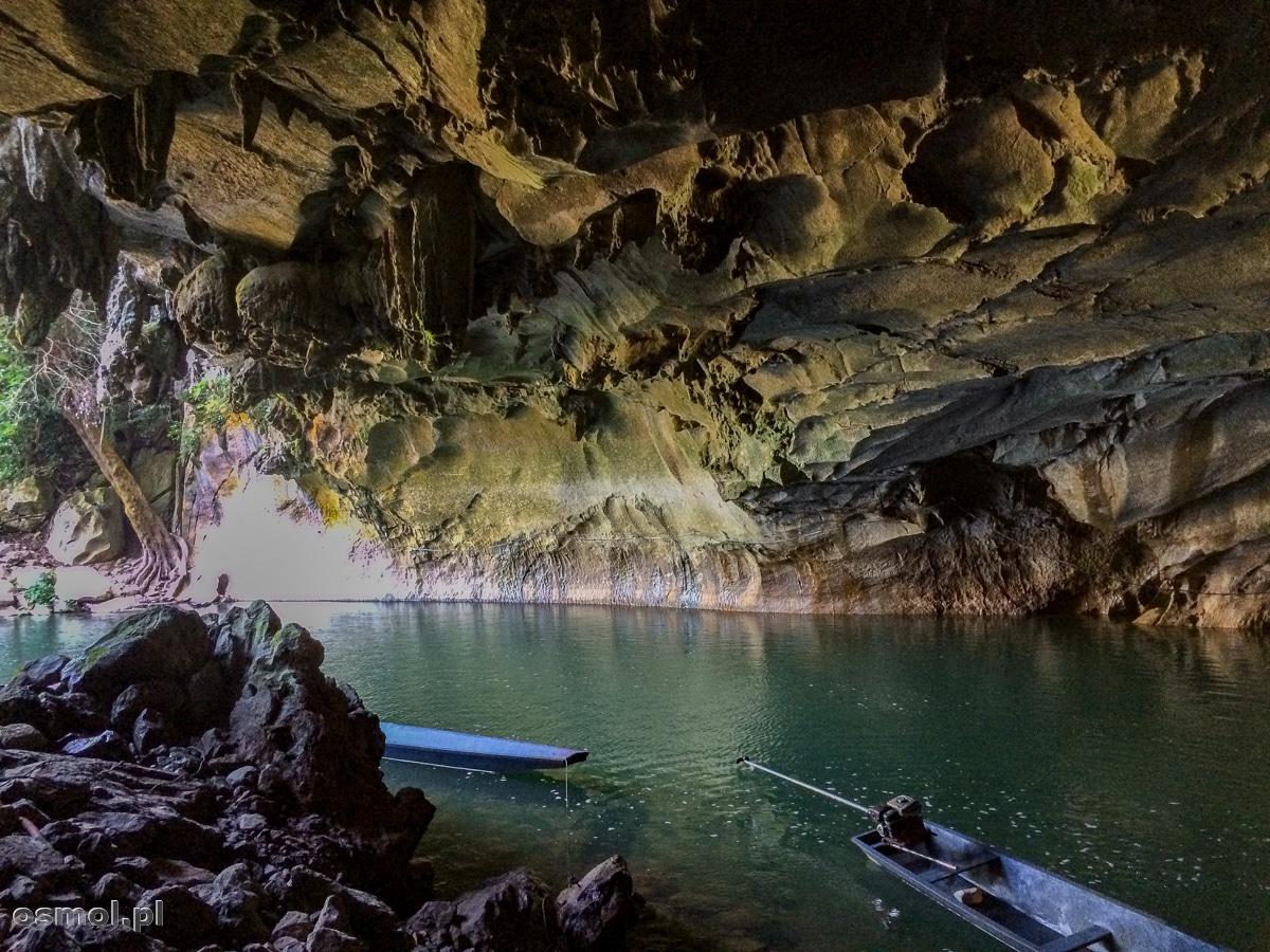 Łódki u wejścia do jaskini Kong Lor w Laosie