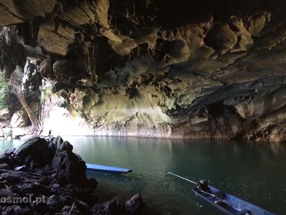 Łódki przy jaskini Kong Lor