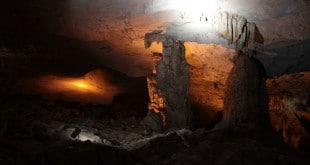 Podswietlone stalagnaty w Kong Lor