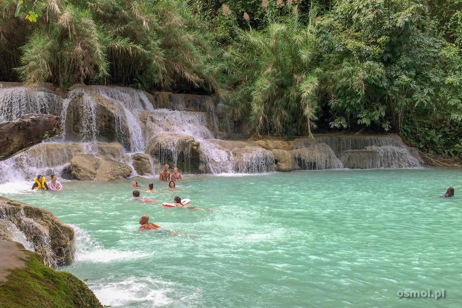 Kąpiel w wodospadzie Kuang Si
