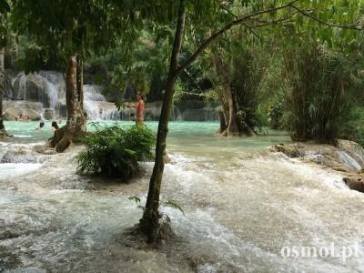 Woda przepływająca pomiędzy wapiennymi basenami w Kuang Si