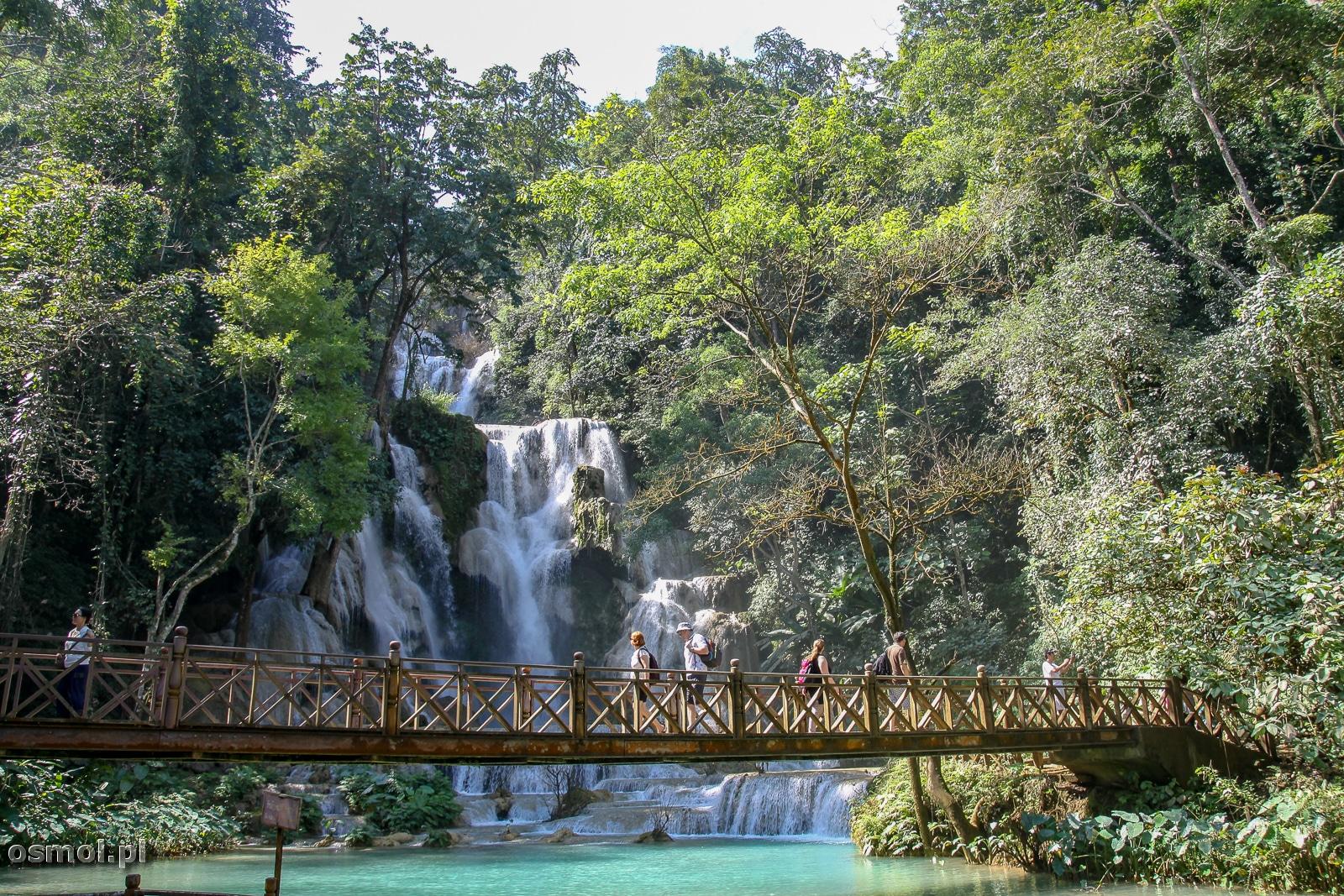 Kładka blisko wodospadu pozwala oglądać Kuang Si w pełnej krasie i z bliska