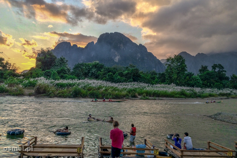 Rzeka w Vang Vieng a na niej tubing