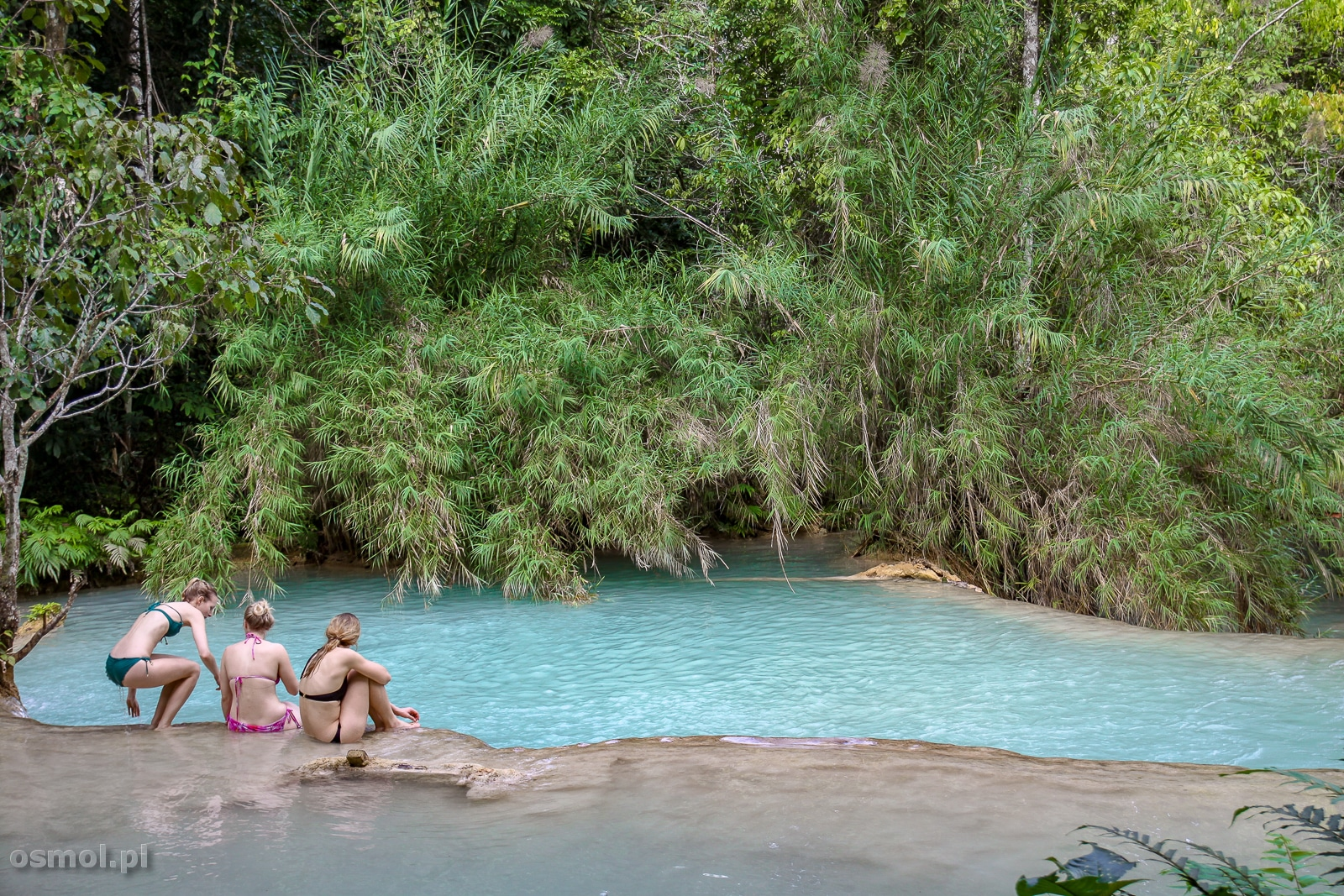 Niestety turyści nad wodospadem mogą wchodzić wszędzie przez co często niszczą naturalnie ukształtowane baseny z wodą