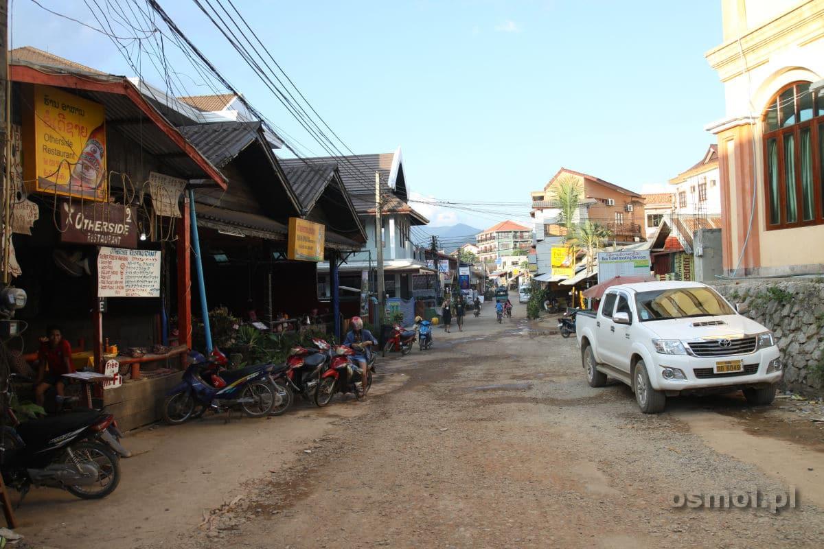 Ulica w Vang Vieng w Laosie