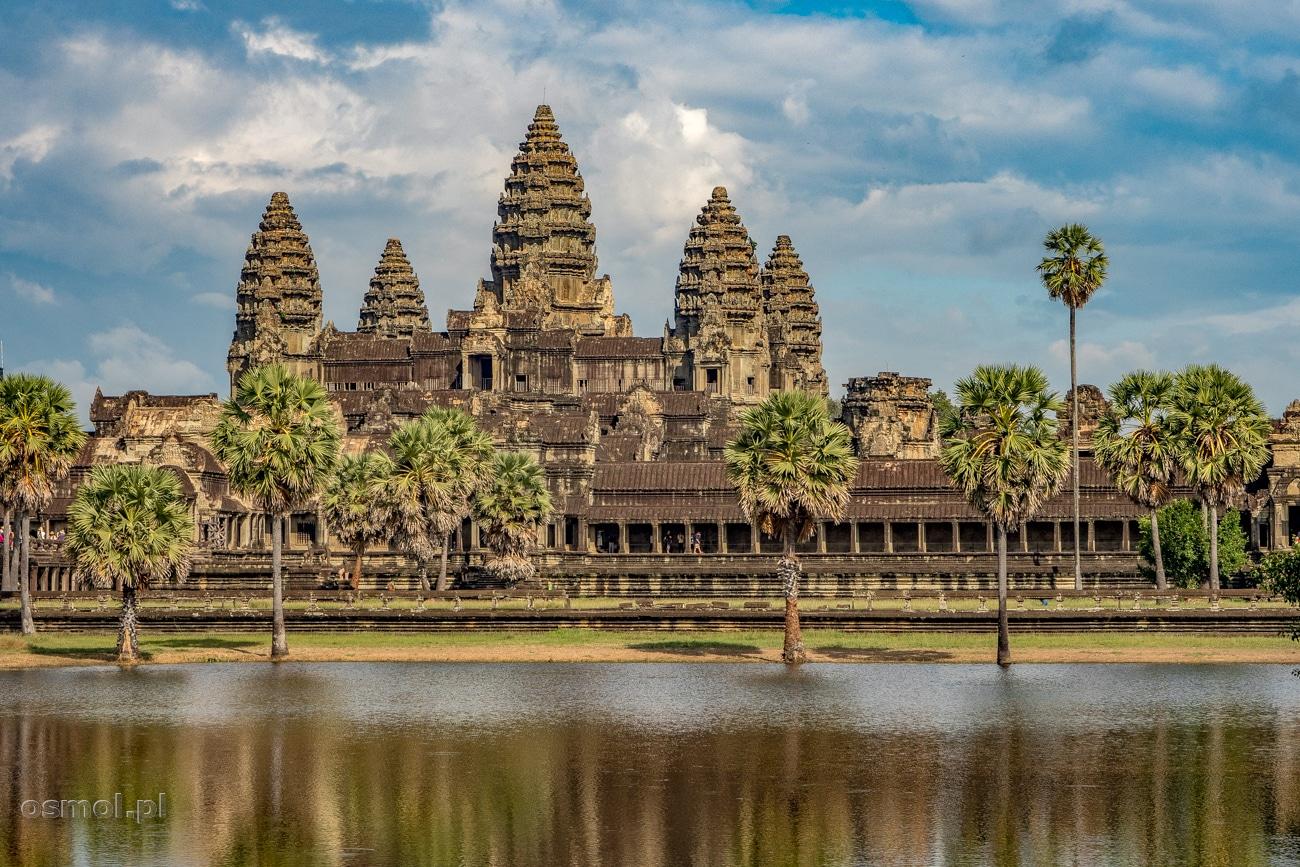 Angkor Wat - najpotężniejsza i najbardziej znana ze świątyń kompleksu Angkoru. Dla tego widoku do Angkor Wat w Kambodży co roku przyjeżdżają tłumy turystów.