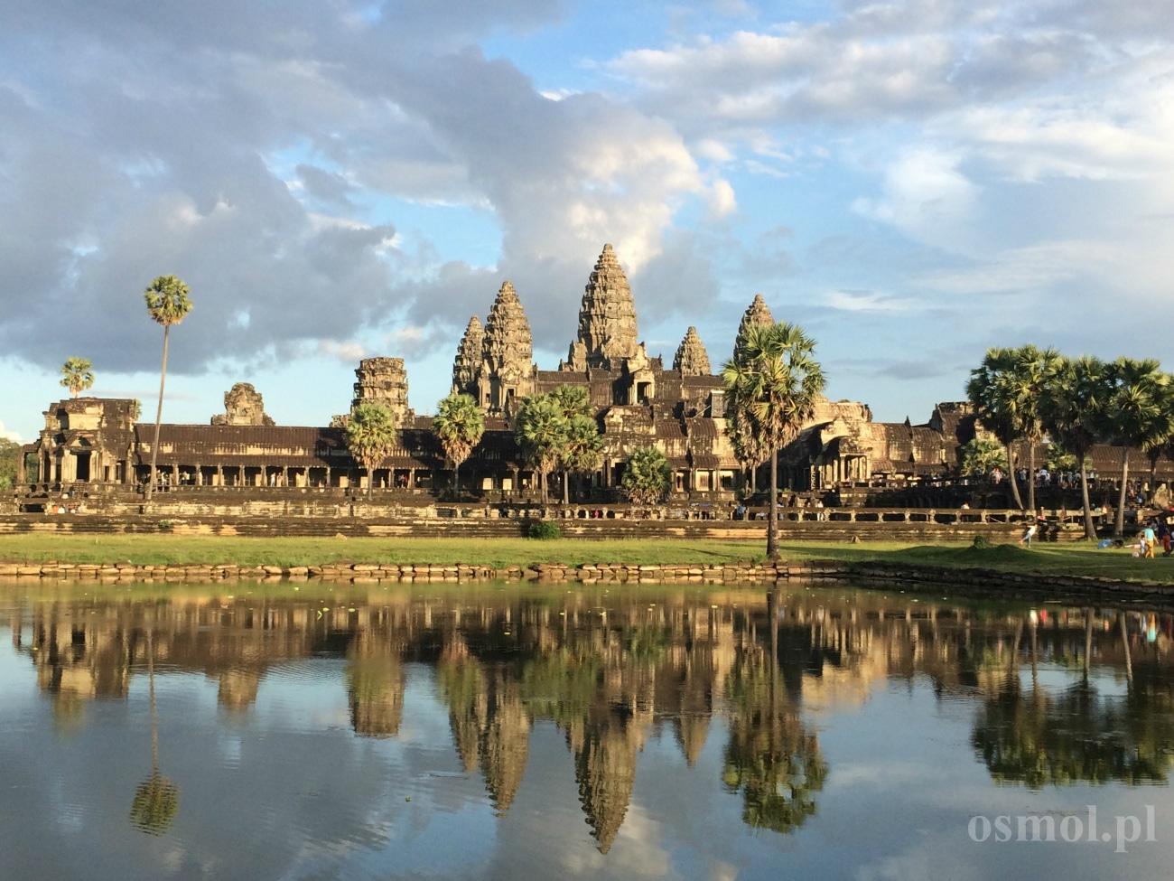 Główna świątynia Angkor Wat odbija się w wodzie