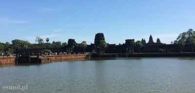 Turyści przez groblę idą do Angkor Wat