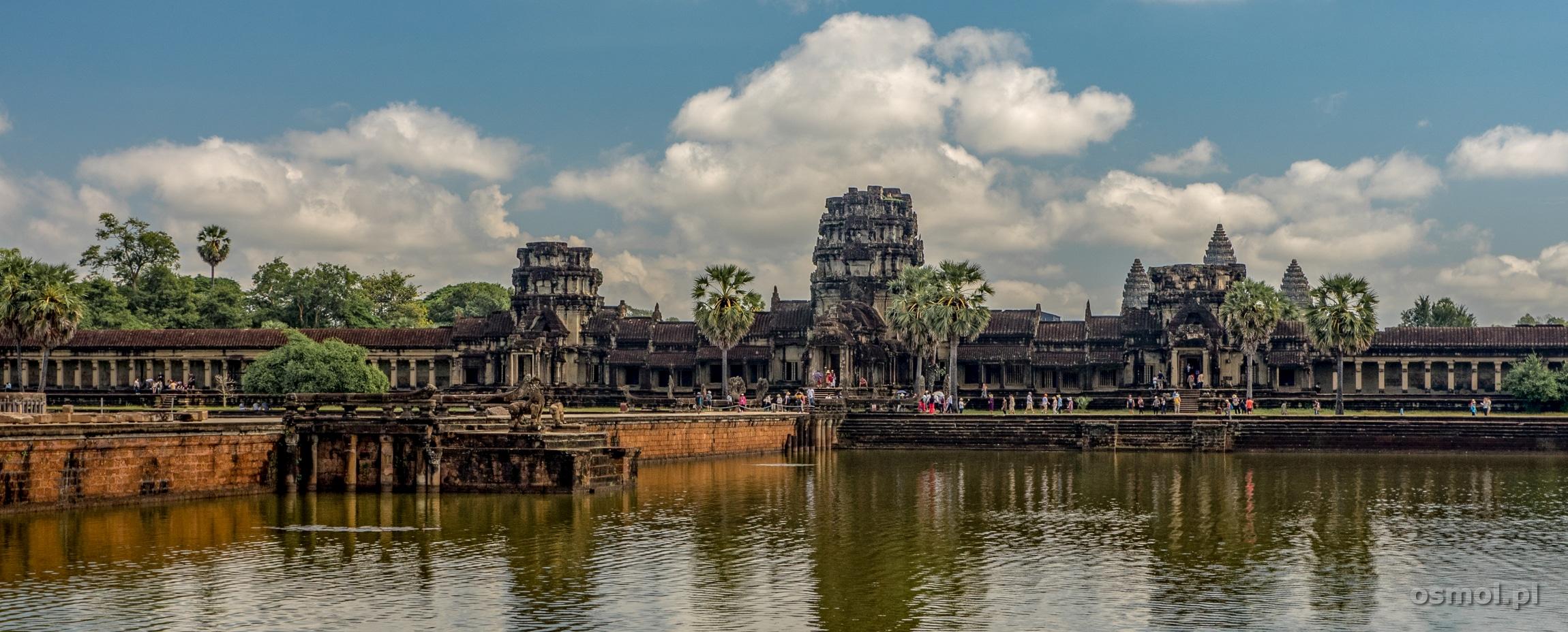 Szeroka fosa za nią kompleks Angkor Wat. Jeden z najpiękniejszych widoków świata