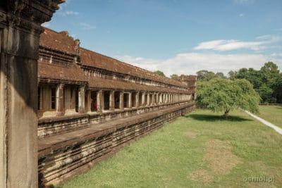 Widok na boczną galerię w Angkor Wat