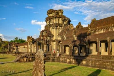 Kiedy wchodzimy do kompleksu Angkor Wat , widzimy taką galerię. Tu skąpaną w promieniach zachodzącego słońca.