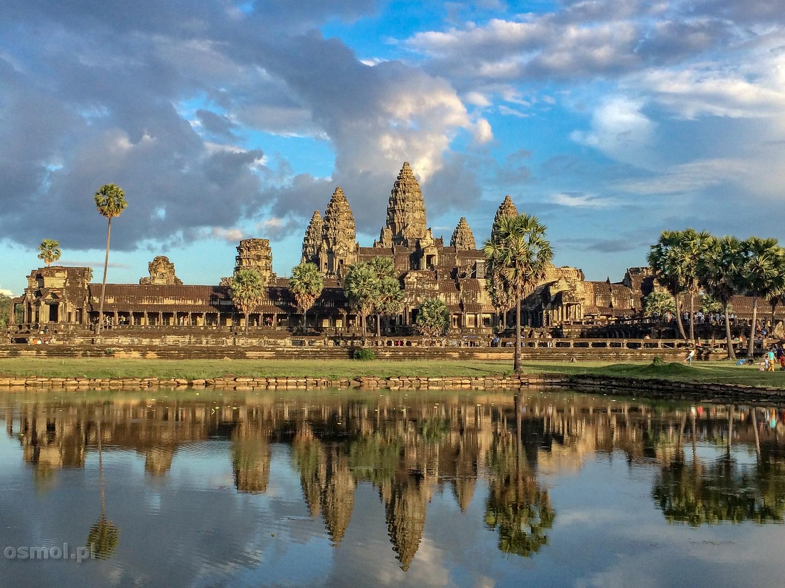 Angkor Wat przeglądający się w wodzie wewnętrznego stawu. Co wieczór gromadzą się tu setki, jeśli nie tysiące turystów.