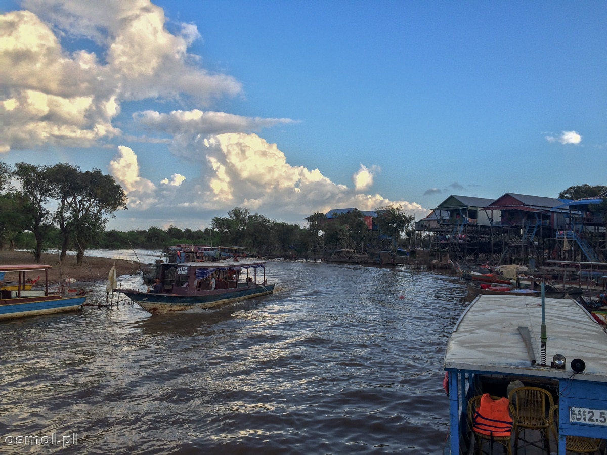 W Kampong Phluk domy stoją blisko siebie tworząc zwartą zabudowę po której i tak najłatwiej poruszać się łódkami