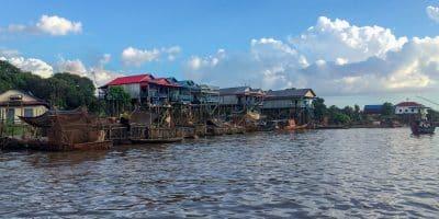 Wpływając do stojącej na palach wioski Kanpong Phluk