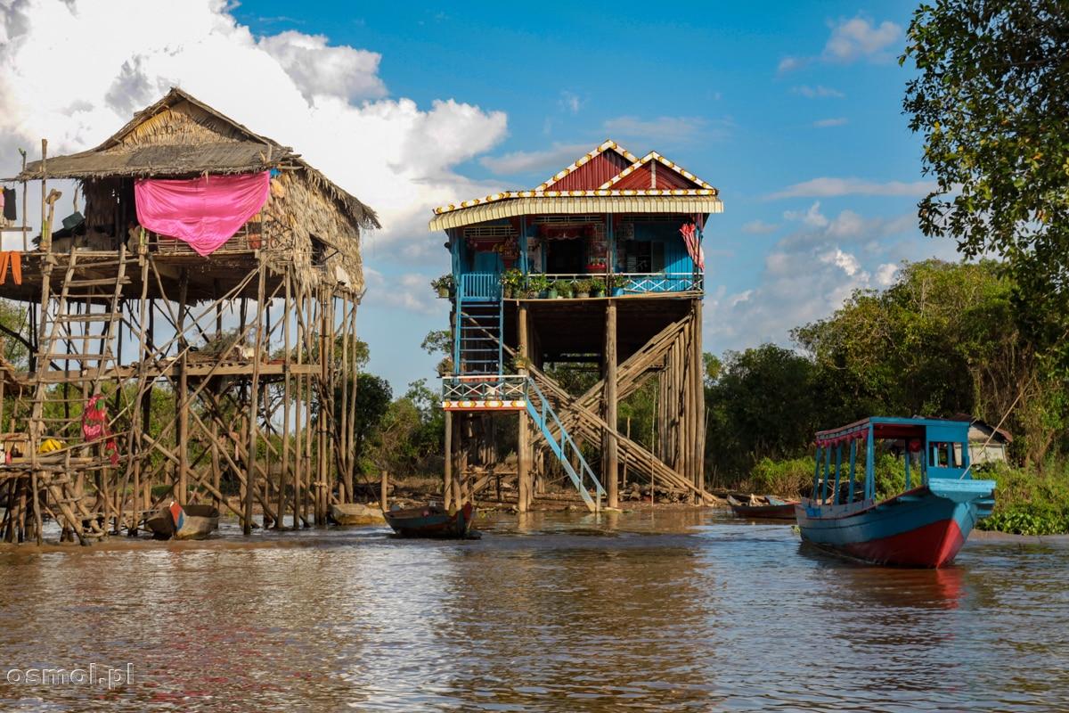 Domy nad jeziorem Tonle Sap stoją na bardzo wysokich palach. Wszystko dlatego, że podczas pory deszczowej jezioro podnosi taflę wody