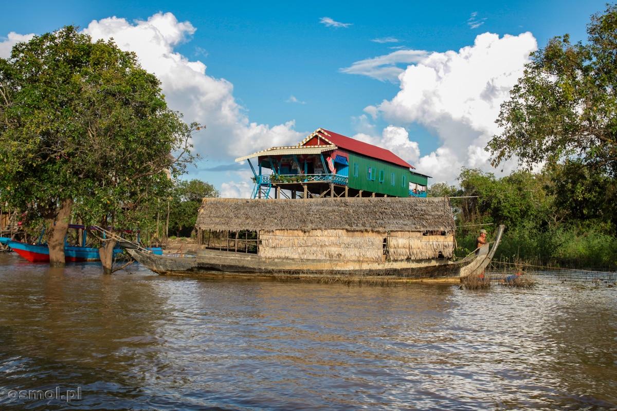 Stara łódź, która tutejszym rybakom służy już zapewne tylko jako schronienie lub magazyn, na dalekie rejsy, zapewne się nią nie wypuszczają.