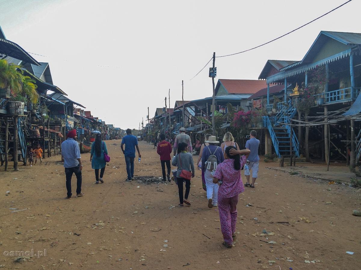 Główna ulica w Kampong Phluk. Wiosce nad jeziorem Tonle Sap
