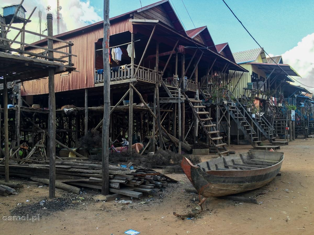 Łodzie to najcenniejsza rzecz w pływającej wiosce. Podczas pory suchej trzymane są pod domem lub obok niego.