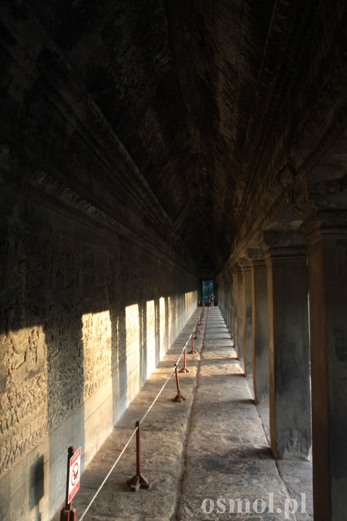 Podcienia płaskorzeźbami w Angkor Wat