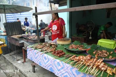 Stragan z jedzeniem w Laosie