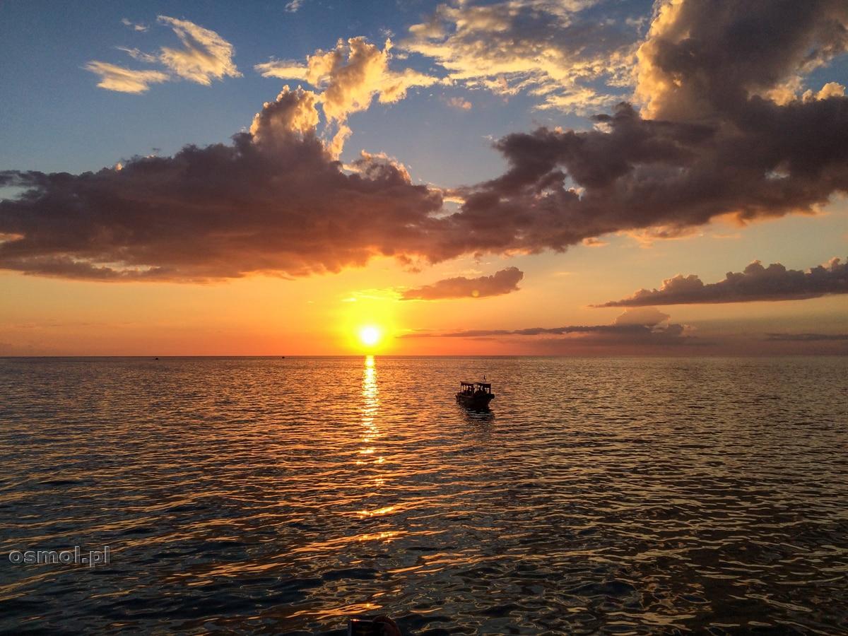 Zachód słońca nad jeziorem Tole Sap w Kambodży