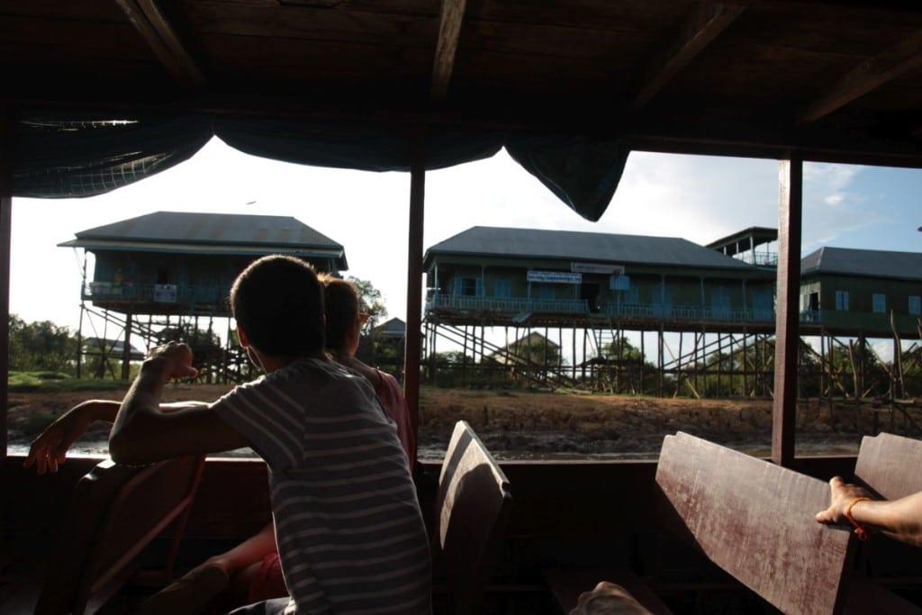 Turyści oglądają pływającą wioskę na Tonle Sap