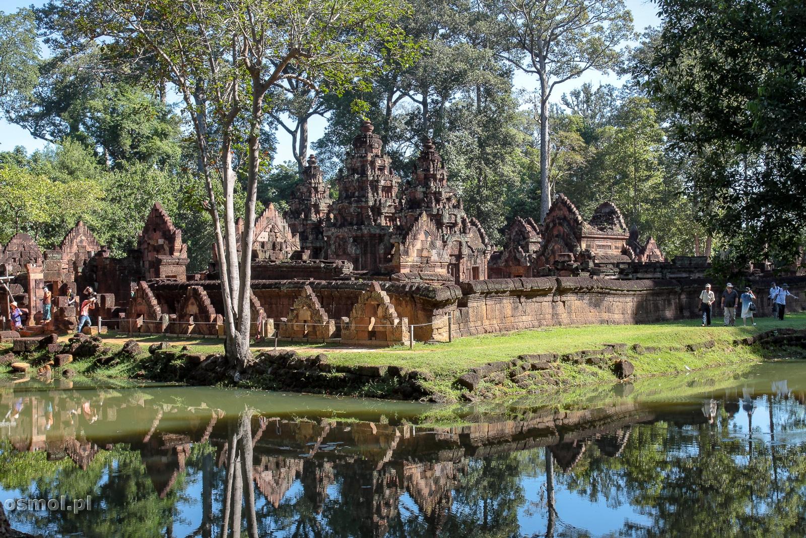 Na tyłach świątyni Banteay Srei . Tu nie ma tłumów turystów, ale też widok nie jest tak zjawiskowy