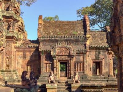 Wewątrz kompleksu Banteay Srei
