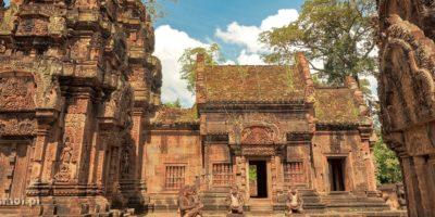 Banteay Srei to misternie zdobione czerwone świątynie i otaczający je dookoła tropikalny las.
