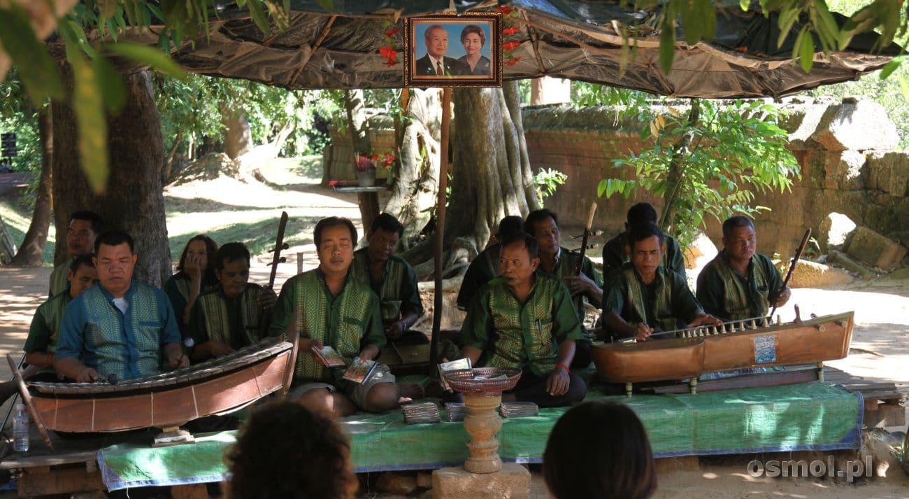 Khmerska orkiestra gra na tyłach świątyni