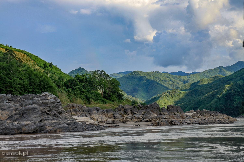 Wzgórza obok brzegu Mekongu w Laosie
