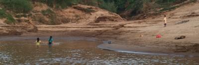 Dzieci kąpią się w Mekongu