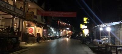 Pak Beng - ulica z barami i guesthouse'ami