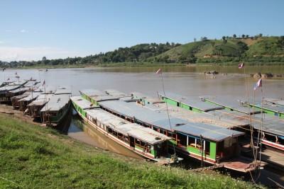 Przystan lodzi w Huay Xai w Laosie