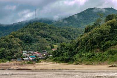 Widok podczas spływu Mekongiem. Cóż, drugiego dnia lało lub nad okolicą wisiały ciężkie chmury.