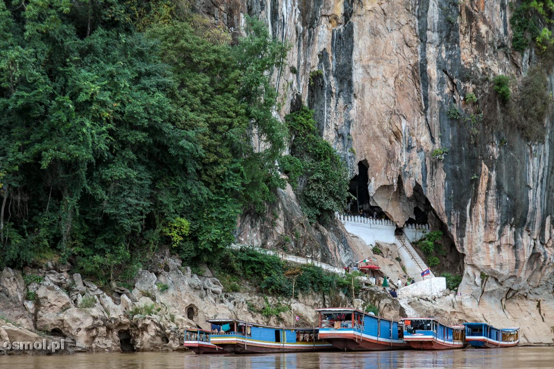Jaskinie Pak Ou w Laosie - jedna z największych atrakcji turystycznych - w środku znajdują się tysiące posążków Buddy