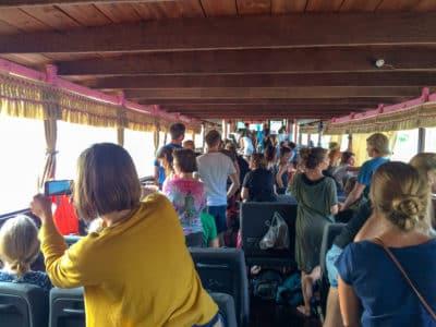 Turyści podczas spływu łodzią po Mekongu. Laos