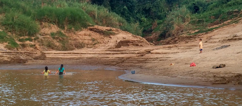I jak tu nie zazdrościć dzieciom, które w upalny dzień mogą się wykąpać w Mekongu?