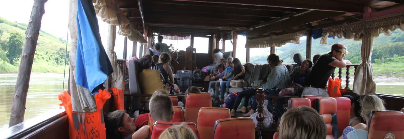 Wnętrze łodzi płynącej po Mekongu