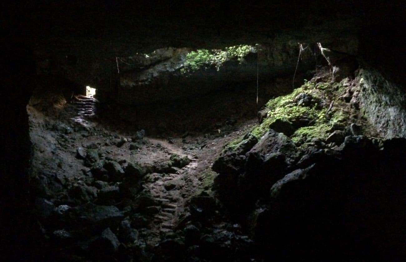 Wejście do jaskini na pewno nie jest spektakularne. Prawdziwe atrakcje czają się w ciemności.